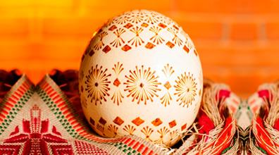 Cera de abelha é usada para tingir ovos de páscoa lituanos