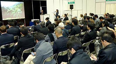 Pesquisadores destacam a propriedade do própolis brasileiro em feira no Japão.